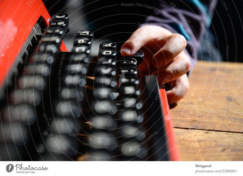 Schreibmaschine tastenanschlag Taste Alphabet Buchstaben schreiben Kind lernen drücken Büro Literatur Farbfoto Bildung Text
