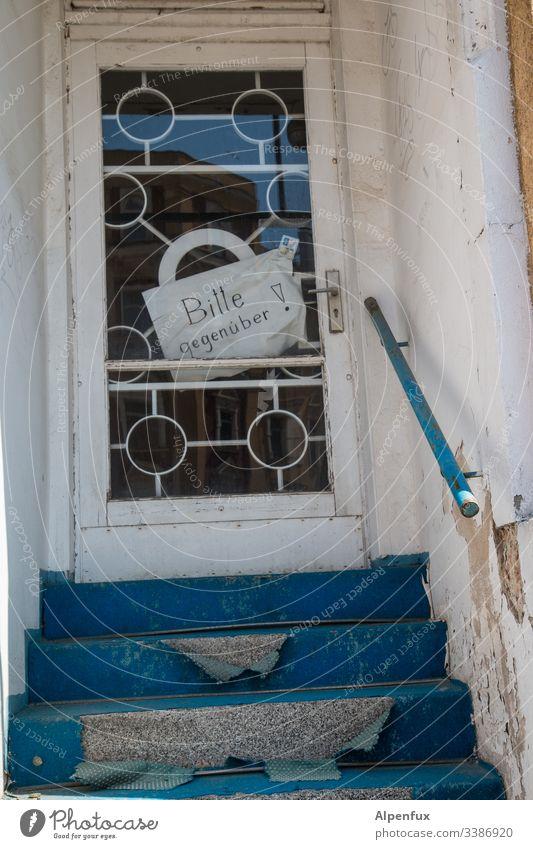 Multimix | Bitte gegenüber ! Tür Nachbar Hilfe Haus Menschenleer Eingang Außenaufnahme Tag Farbfoto Eingangstür Bauwerk Gebäude Treppe Verfall alt