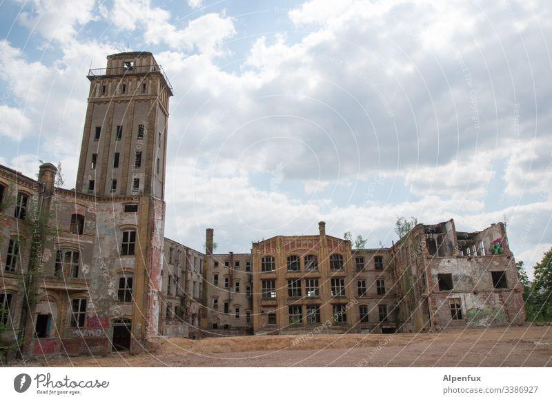 Multimix | Lost Place Fabrik alt Verfall Menschenleer Industrieanlage Farbfoto Gebäude Außenaufnahme Bauwerk Vergänglichkeit Ruine kaputt Wandel & Veränderung