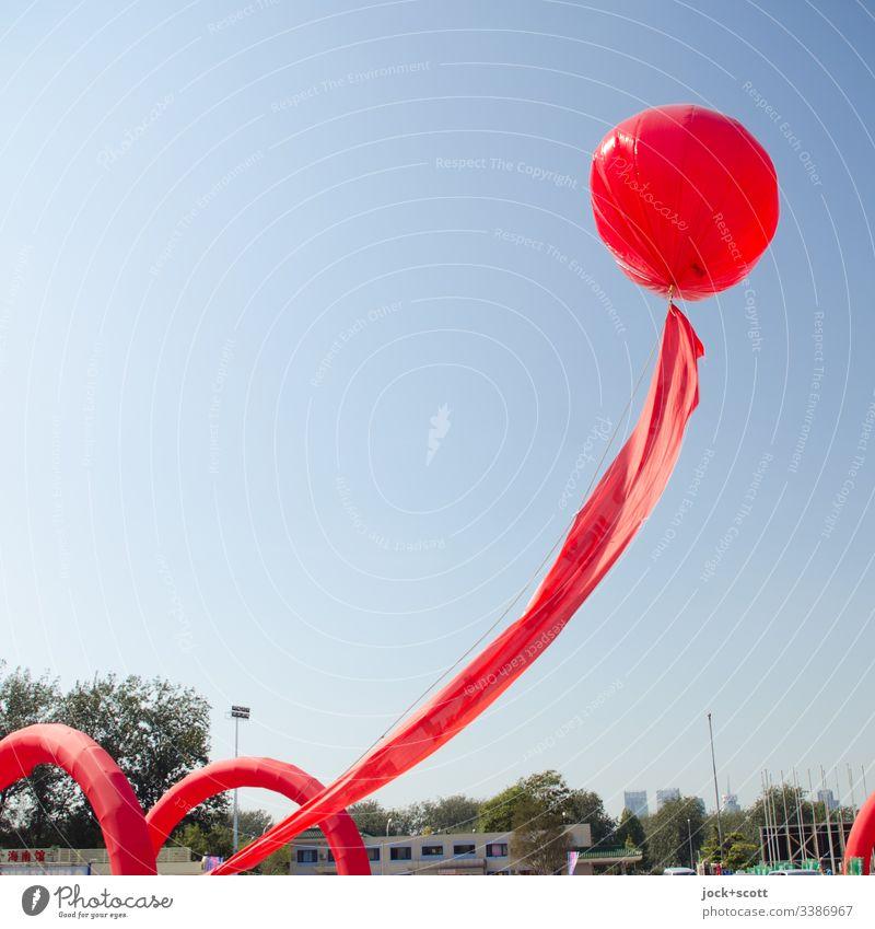 Seilschaft mit Ballon in China Rot rot Himmel aufsteigen Schweben Wolkenloser Himmel freiraum symbol oben fliegen Sonnenlicht Luftballon Hintergrund neutral
