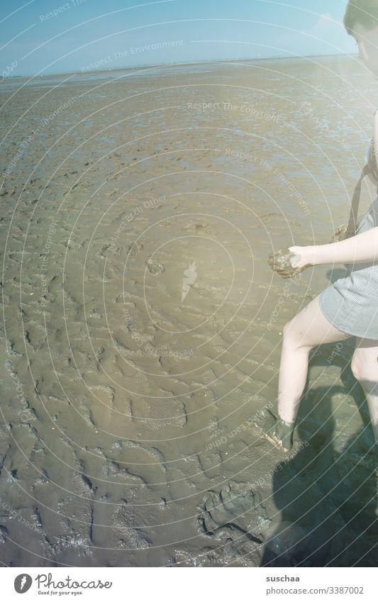 teenager im wattenmeer Teenager Mädchen junge Frau Anschnitt Schlamm Matsch Wattenmeer Schlick Nordsee Meer Ebbe Flut Wattwanderung dreckig Schmutz Horizont