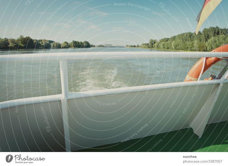 schifffahrt ohne passagiere Schiff Schifffahrt Fluß Rhein Wasser Gewässer Fahrwasser Rettungsreifen Deutschlandfahne Geländer Reling Gitter Abgrenzung Schutz