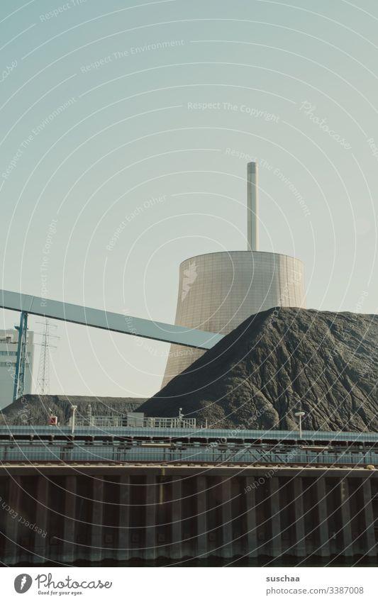 kühlturm mit dreckberg (vom fluß aus gesehen) Wasserturm Behälter u. Gefäße Industrieanlage Bauwerk groß rund Speicher Rhein Schifffahrt Fluß Schornstein