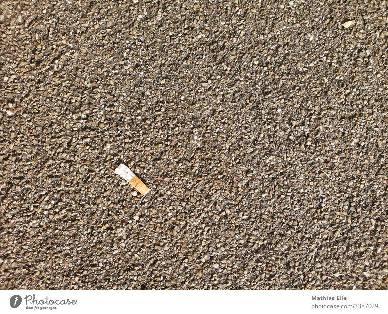 Zigarettenstummel auf dem Gehweg Rauchen Gift Menschenleer Filterzigarette Sucht Textfreiraum oben ausglühen nikotinstange zigarettenkippe zigarettenstummel