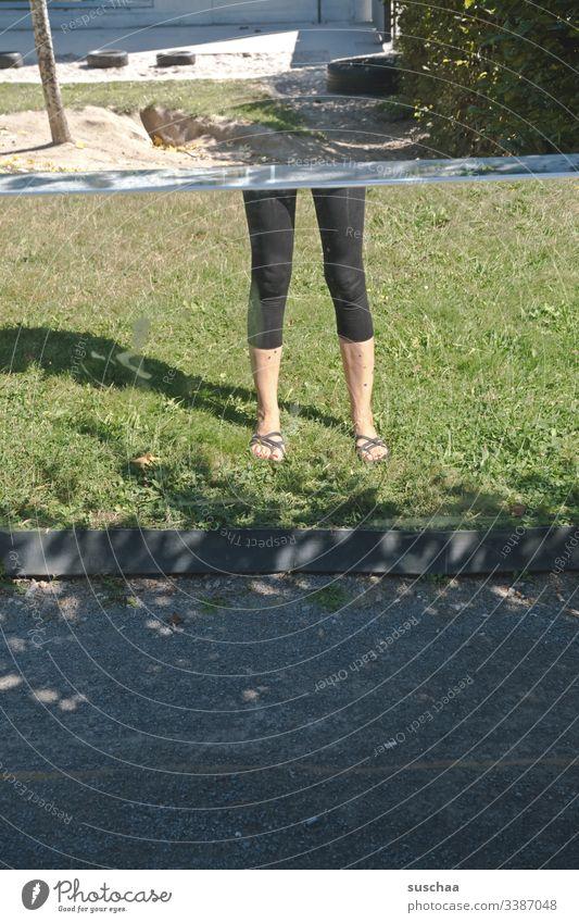 beine einer frau stehen auf dem rasen ohne oberkörper Beine Frau weiblich Sommer seltsam skurril Rasen Gras abgeschnitten oben ohne Person optische Täuschung