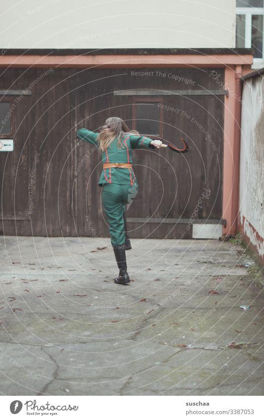 teenager steht vor mauer mit uniform und hammer in der hand Fotochallenge Jugendliche Teenager Uniform Werkzeug Kostüm Verkleidung Karneval Fasching skurril