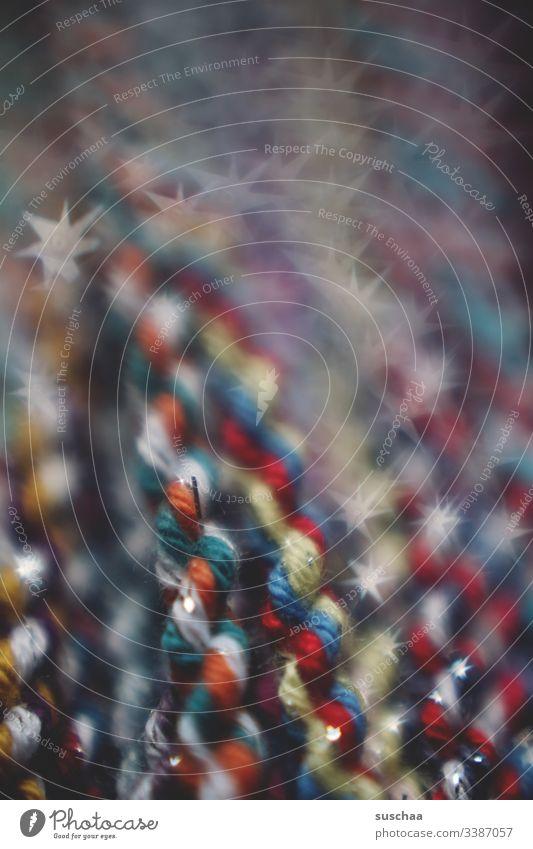 bunte kordel aus wollfäden, schwache tiefenschärfe Kordel mehrfarbig Wolle Wollfäden gedreht verkordelt geflochten Handarbeit gezwirbelt Schwache Tiefenschärfe