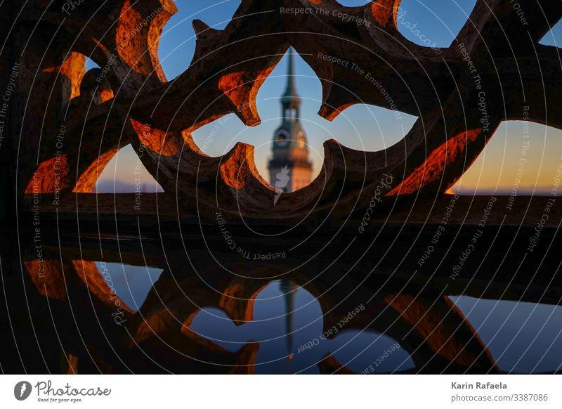Kirchturm Kirche Außenaufnahme Menschenleer Religion & Glaube Farbfoto Himmel Architektur Kirchturmspitze Gebäude Sehenswürdigkeit Turm Wahrzeichen Stadtzentrum