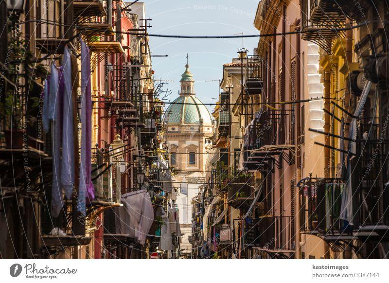 Blick auf die Kirche San Matteo im Herzen von Palermo, Italien. Sizilien Straße Italienisch Balkon Kathedrale katholisch christian Großstadt Dom Europa