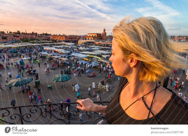 Frau mit Blick auf den Marktplatz Jamaa el Fna im Sonnenuntergang, Marrakesch, Marokko, Nordafrika. Reisender Tourist Dame Aussehen marrakech Afrika jamaa fna