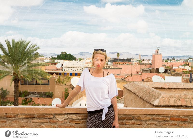 Frau bewundert die traditionelle marokkanische Architektur in einem der Paläste in der Medina von Marrakesch, Marokko. reisen Tourismus Afrika Menschen Mädchen