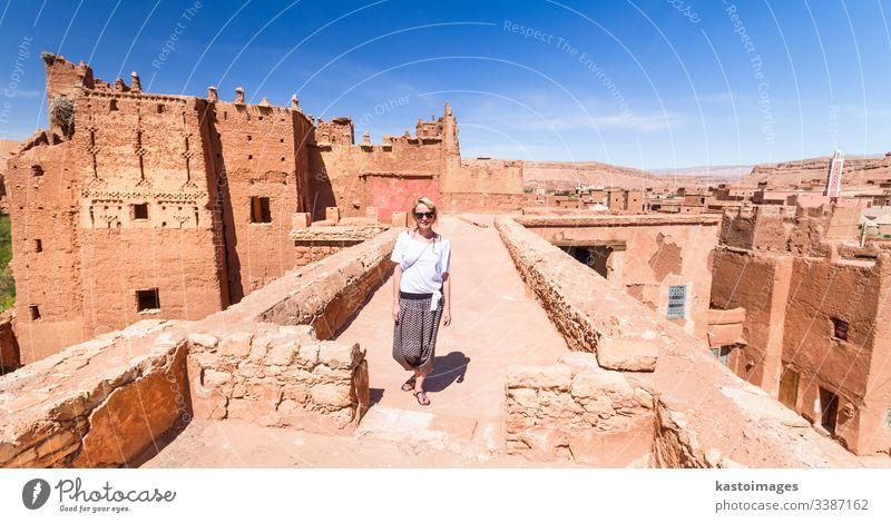 Frau auf Reisen in der Kasbah Ait Benhaddou, Ouarzazate, Marokko. Reisender Backpacker Abenteuer Porträt Spaß wüst Architektur Marokkaner Marrakesch marrakech