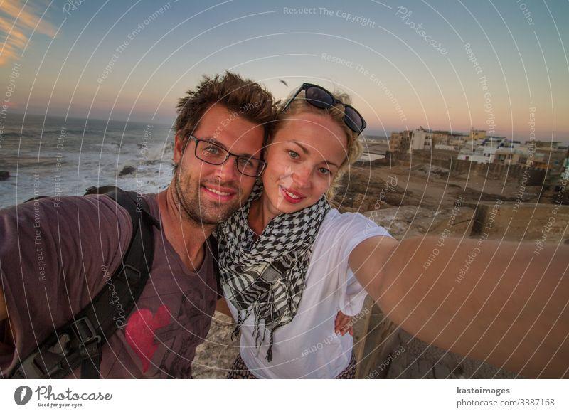 Reisendes Ehepaar bei der Selbsthilfe auf der Stadtmauer von Essaouira, Marokko. Reisender Abenteuer Paar reisen Entdecker Menschen Lifestyle Freiheit im Freien