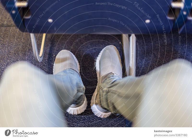 Flugzeugsitze mit mehr Beinfreiheit für komfortables Fliegen. Raum Sitz Mann Reise Beine Passagier Ebene Verkehr Transport reisen Fluggerät Stuhl Typ Komfort