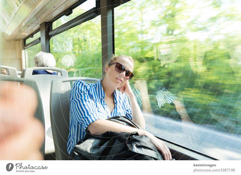 Porträt einer müden Frau, die im Bus schläft. Passagier schlafen Mittagsschlaf Pendler Arbeitsweg Mädchen Transport im Inneren Reise Menschen Person Tourismus