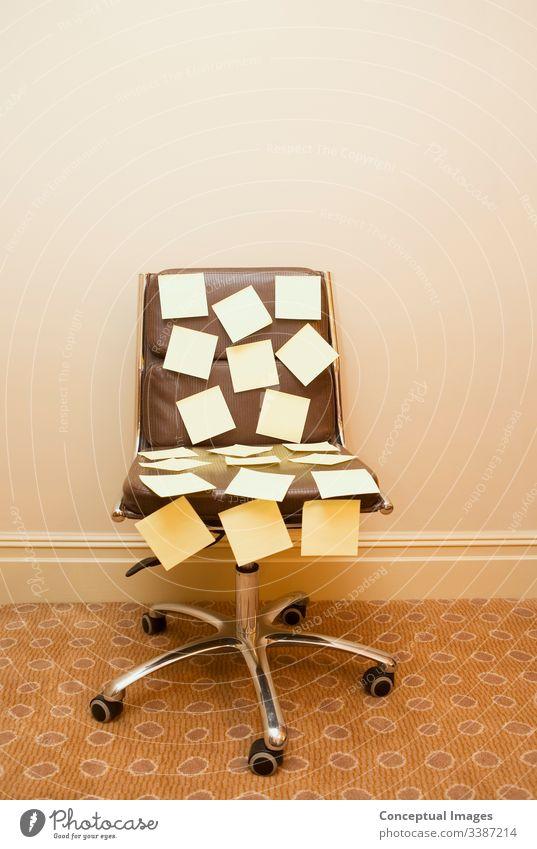 Notizen auf einem Stuhl veröffentlichen Post-it-Zettel Brainstorming Memo Hinweis Erinnerung zu tun Zeitplan beschäftigt Ernennung Büro Business Papier