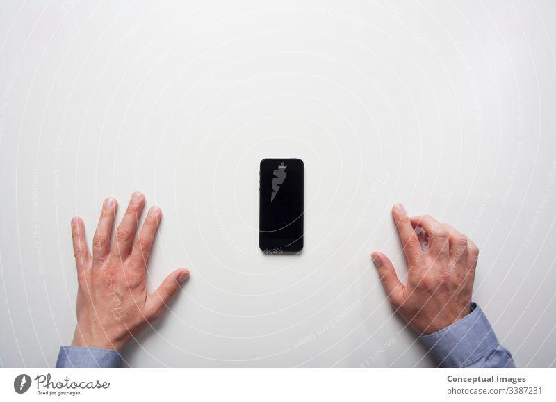 Geschäftsmann, der bereit ist, ein Smartphone zu benutzen Vorfreude Business Mitteilung Schreibtisch Effizienz erhöhte Ansicht im Innenbereich Handy Büro