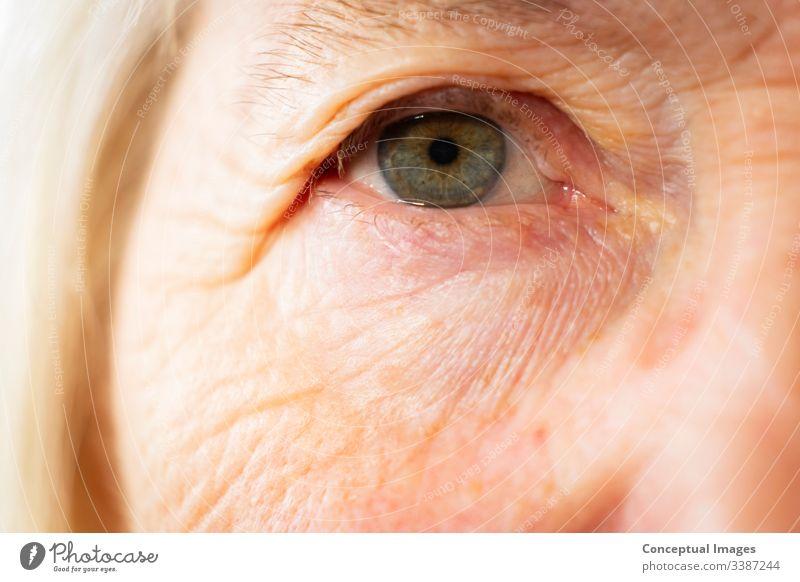 Porträt einer älteren kaukasischen Frau Augen Themen des Alterungsprozesses im Ruhestand 1 Mensch Erwachsener Lebensalter gealtert schön Schönheit