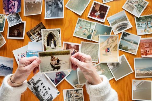 Draufsicht einer älteren kaukasischen Frau, die ein altes Foto betrachtet Themen von Erinnerungen Nostalgiefotos im Ruhestand Senior Bild Ehefrau Zusammensein