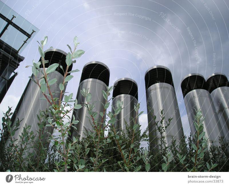 Moderne Architektur durch Hecke Perspektive Turm
