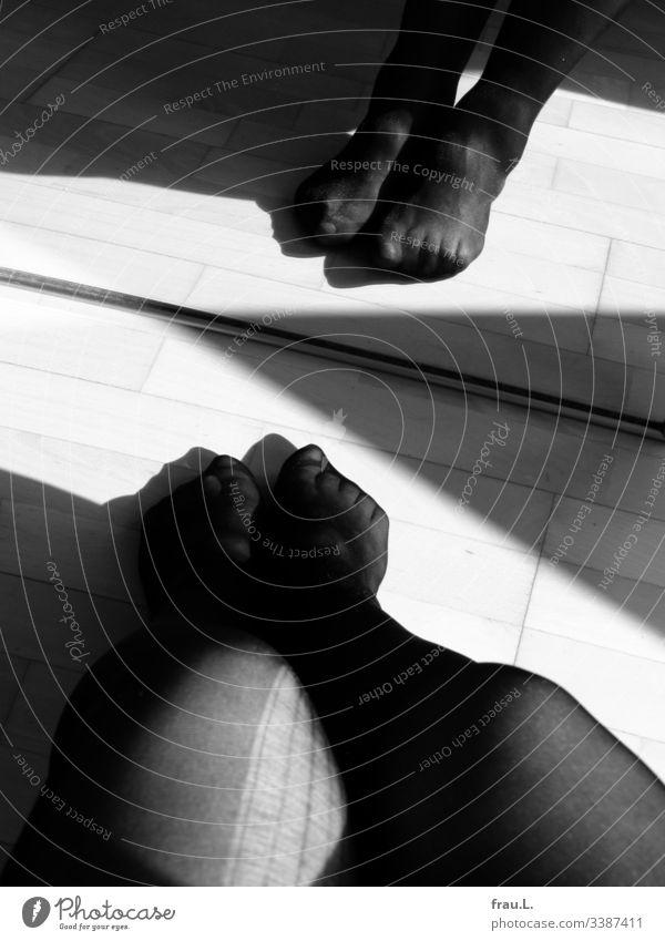 Trotz breiter Laufmasche in den schwarzen Strümpfen fanden die beiden Füße ihr Spiegelbild doch recht schick. Frau Strumpfhose Beine Innenaufnahme feminin