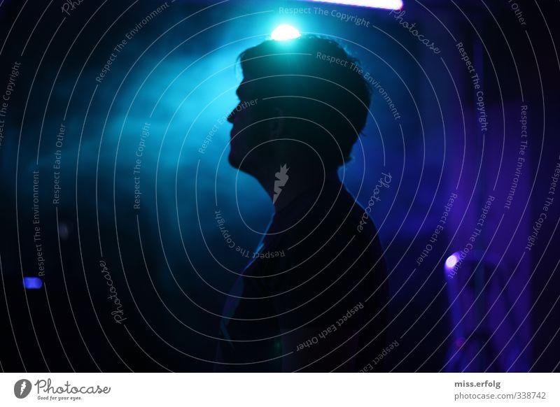 Er scheint ein Licht Mensch Mann Jugendliche blau Einsamkeit Freude schwarz Erwachsene dunkel Junger Mann 18-30 Jahre Kopf Party träumen außergewöhnlich maskulin