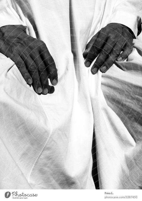Der weiße Baumwollstoff schlug vor Begeisterung Falten, als von der Sonne gebräunte, langgliedrige Hände auf ihm Schatten warfen. Stoff Faltenwurf Tschelaba
