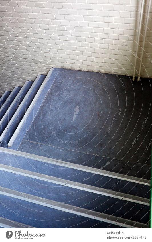 Treppenabsatz abstieg abwärts aufstieg aufwärts fenster haus mehrfamilienhaus menschenleer mietshaus stufe textfreiraum treppe treppenabsatz treppengeländer