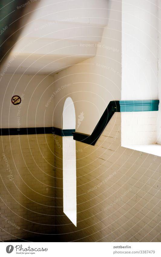 Ecke im Treppenhaus absatz abstieg abwärts aufstieg aufwärts fenster geländer mehrfamilienhaus menschenleer mietshaus stufe textfreiraum treppe treppenabsatz