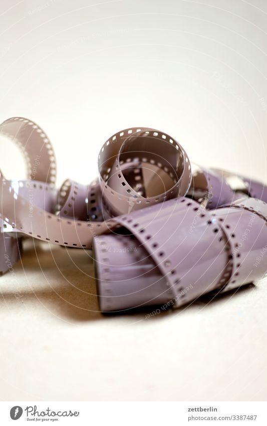 Kleinbildfilm Zelluloid Rollfilm meterware belichtung belichtet foto fotografie analog filmmaterial perforation abgewickelt Schleife Schlaufe Knoten
