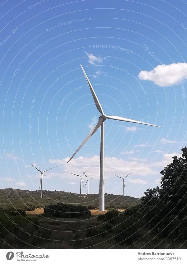 Windgeneratoren auf dem Berg mit blauem Himmel industriell Umwelt kampfstark konservieren Konzept übersichtlich malerisch Turbine ländlich Vorrat windig Klingen