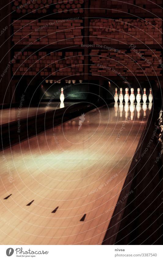 Bowlingbahn Bowlingkugel Indoors hobby Freizeit & Hobby Spielen Sport Kugel Kegeln Freude Sportveranstaltung Konzentration werfen Mensch Innenaufnahme