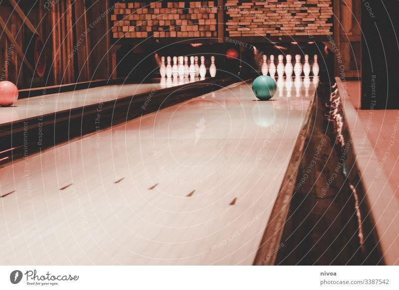Auf der Bowlingbahn werfen Spielen Freizeit & Hobby Indoors Freude Sport Kegeln Sportveranstaltung Kugel Farbfoto Konzentration Ballsport Aktion Erfolg