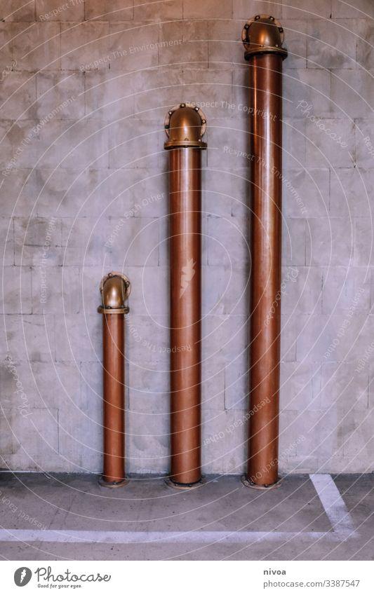 Kupferrohre Rohrleitung Rohre Beton Wand modern modern Architekture Leitung kupfer Mauer Farbfoto grau Menschenleer Röhren Linie Detailaufnahme Fassade Stein
