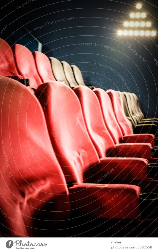 Kinosessel Kinosaal sitzen Sitzgelegenheit bequem Filmindustrie Theater Kultur Freizeit & Hobby rot Sessel Licht Blick leer Sitzreihe Innenaufnahme Farbfoto