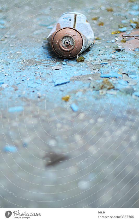 alt l alte, blaue, geknickte, leere Sprühdose, liegt auf morbidem, abgeblättertem, kaputtem blauem Untergrund. Umweltsünde, Umweltverschmutzung, Müll, Schrott durch nachlässig, verantwortungslos weggeworfene Farbdose in Lost Place. Nicht abaubarer Schrott.