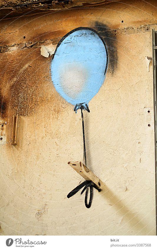 Aufsteigen und ungebunden sein, wollte der blaue Luftballon, vor der Wand, als Graffiti gemalt. Design Haus abstrakt Bauwerk Zeichen Muster Gebäude Leerstand
