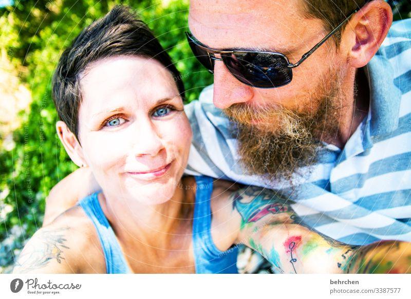 gegensätze | anziehung Porträt Unschärfe Sonnenlicht Kontrast Licht Tag Tattoo sympathisch Sonnenbrille Farbfoto Außenaufnahme Liebe Zusammensein Zufriedenheit