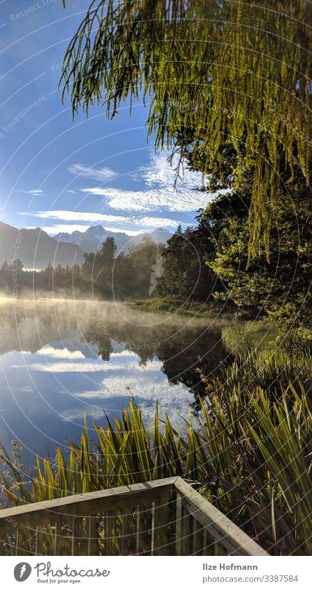 Matheson Lake See in Neuseeland mit spiegelnder Oberfläche und Bergen im Hintergrund Seeufer Außenaufnahme Natur Farbfoto Wasser Landschaft Menschenleer Umwelt