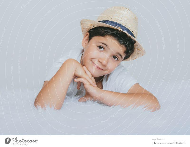 glückliches Kind, das in die Kamera lächelt Kindheit Lächeln träumend Ausdruck Spaß Fröhlichkeit Glück Hut Porträt Sinnestäuschung Unschuld Freude Lachen Liebe