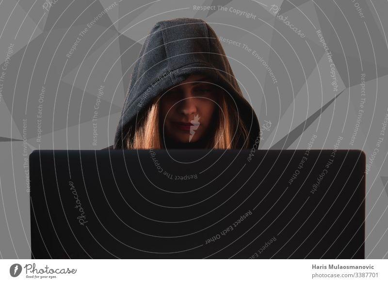 Frau hackt Daten mit Laptop in Cyberkriminalität ai attackieren Sturmhaube schwarz Code Computer Verbrechen Krimineller cyber Cyber-Sicherheit Gefahr