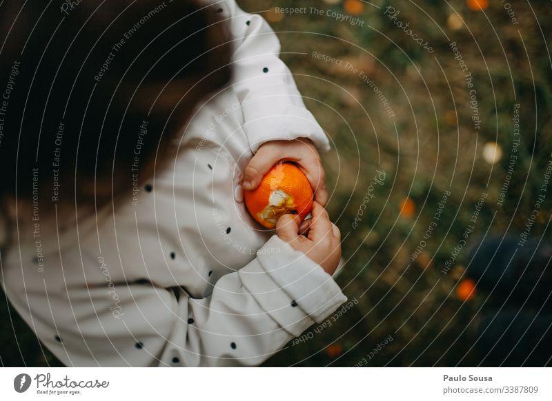 Kind schält Orange orange Orangenhaut Vitamin Vitamin C Frische Frucht Farbfoto Gesundheit Lebensmittel Ernährung Bioprodukte Hand Gesunde Ernährung