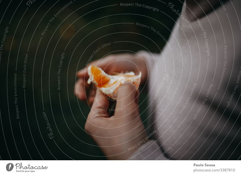Nahaufnahme Hand hält orange Frau Beteiligung Essen Vitamin C frisch Frische Frucht Gesunde Ernährung Lebensmittel Gesundheit Vegetarische Ernährung