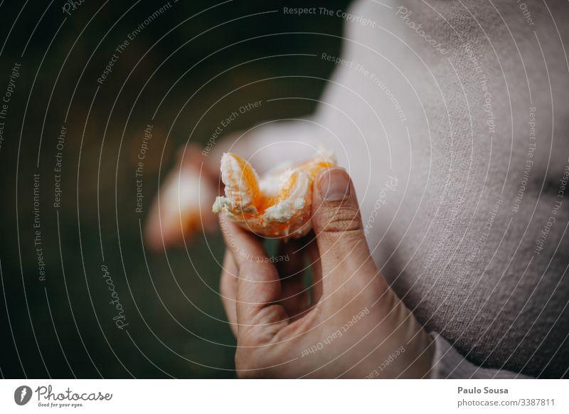 Nahaufnahme-Hand hält eine Orange orange Finger Farbfoto festhalten Außenaufnahme Frucht Lebensmittel frisch Gesundheit Bioprodukte Ernte Gesunde Ernährung