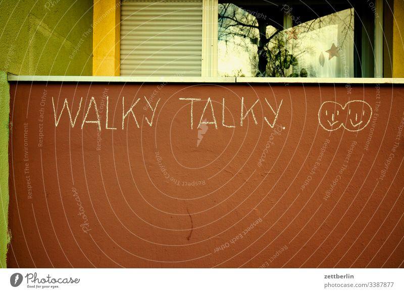 walky talky außen fassade fenster haus hinterhaus hinterhof innenhof innenstadt mauer mehrfamilienhaus menschenleer mietshaus textfreiraum wand wohnen