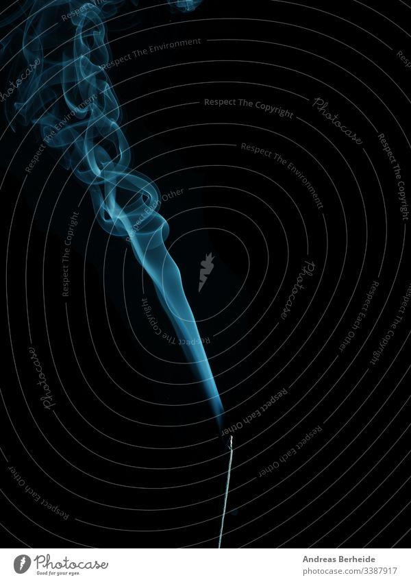 Weihrauch mit blauem Rauch elegant Hintergrund Formular Detailaufnahme Aroma langsam Wissenschaft Nebel Entsetzen Atelier ausräuchern Textur Mysterium Dämpfe