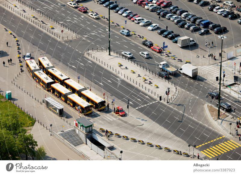 Mehrspurige Straße, Busbahnhof und Parkplatz in Warschau, Polen, Blick von oben Fahrzeug urban Großstadt Öffentlich Verkehr Transport Infrastruktur Überfahrt