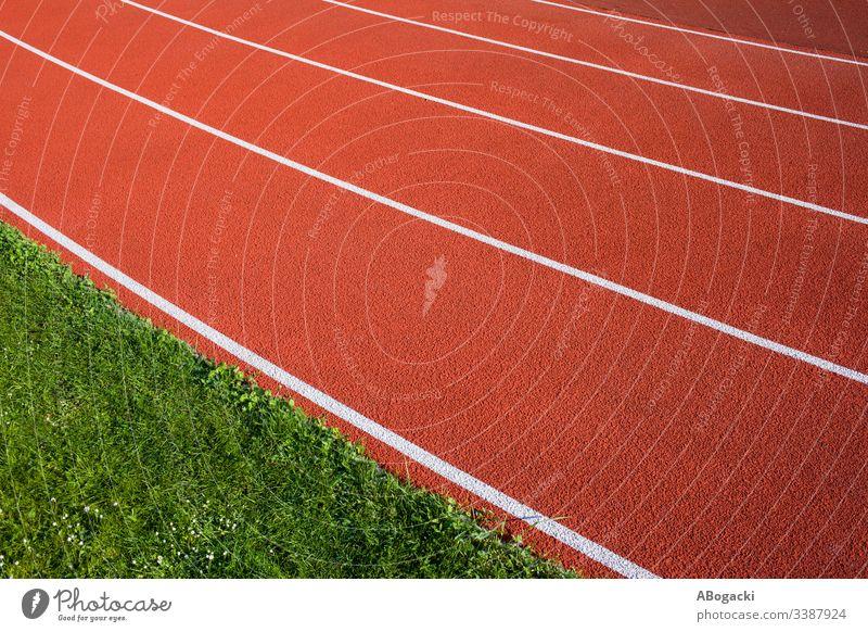 Laufbahnhintergrund für die Leichtathletik, rote Allwetterfläche mit weißen Linien. abstrakt konkurrieren Konkurrenz Kurs Übung Feld Freizeit olympisch