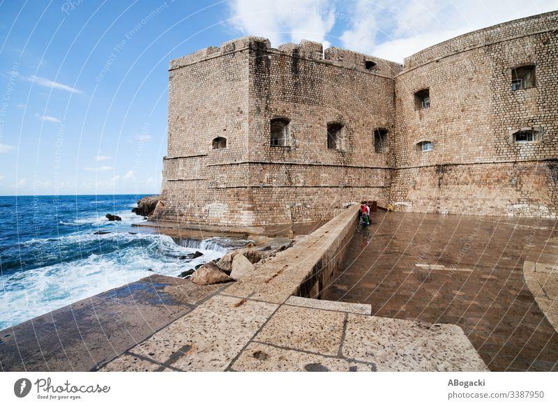 Dubrovniker Altstadtbefestigung und Pier Wand Befestigung Fort mittelalterlich Architektur Bucht Küste adriatisch MEER Wasser Stein Außenseite Wahrzeichen