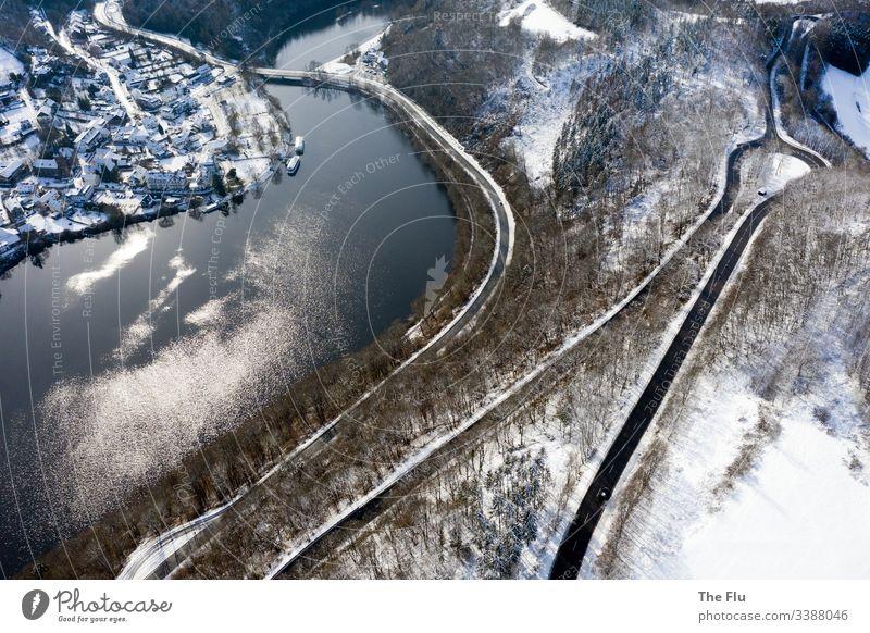 Rursee in der Eifel im Winter See Straße Serpentinen Schnee Landschaft kalt Frost Baum Natur Wasser Seeufer Wald Gedeckte Farben weiß Menschenleer ruhig